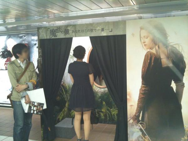 一人ずつ特設ブースに入り、鏡を覗きこむ。人の特徴を捉え、セリフを表示。