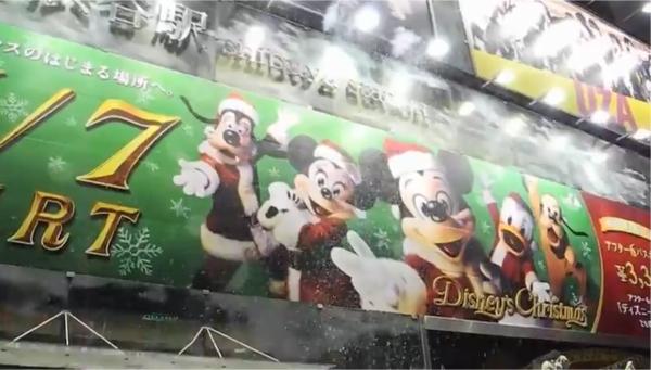 広告面上部から噴出された雪(JR渋谷駅)