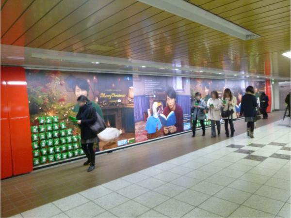 ぬいぐるみがポスターに貼られた様子(メトロ新宿駅)。