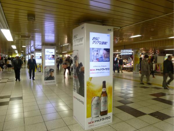 柱に設置されたデジタルサイネージ(メトロ新宿駅)。