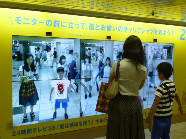 モニターの前に立つと、AR技術によってTシャツの画像が上に重ね合わせられて表示される。