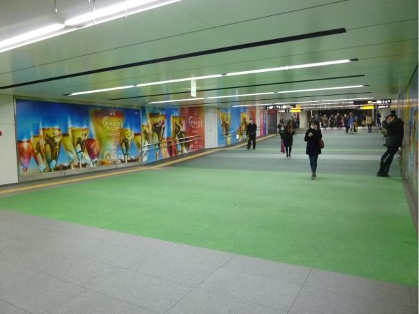 コンコースのフロアには、芝生をイメージした緑一色のシート広告が出現。
