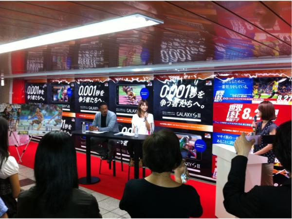 広告前面のイベントスペースを活用。広告面には、GALAXY SⅡと世界陸上番組告知のタイアップポスターを掲出した。