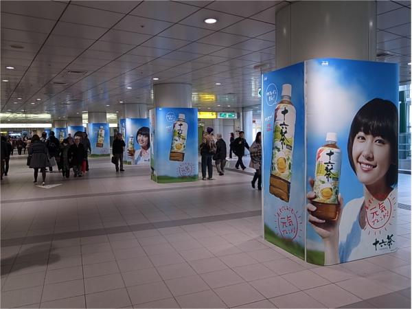 京王渋谷駅 :改札前のアドピラー内に組み込み展開。連続性のある媒体での展開により、長時間接触が見込める。