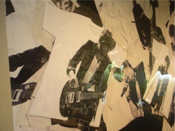 壁一面に敷き詰められたTシャツのビジュアルの一部が本物のTシャツでできている。