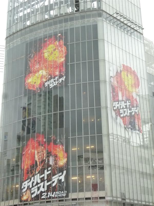 ビルが爆発し、炎が燃え上がっているように見える。
