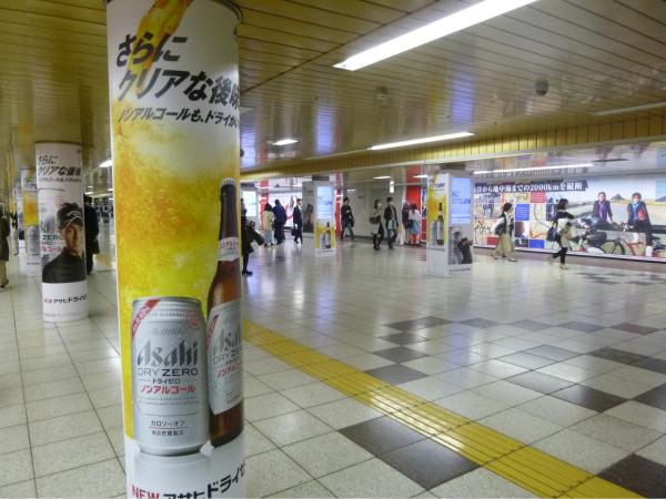 通常のシート広告も同時に掲出。