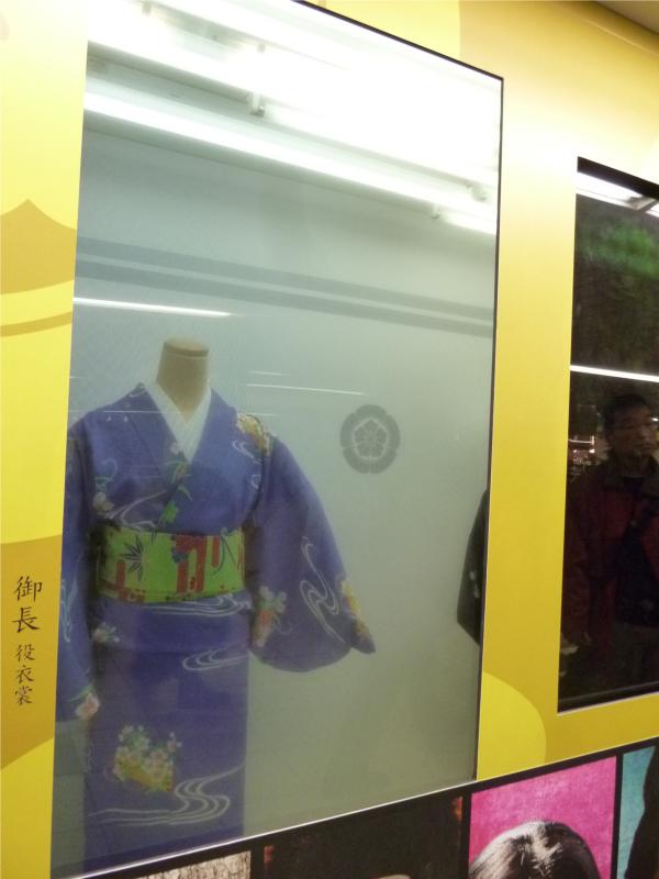 透明ディスプレイ越しに設置されたマネキン。