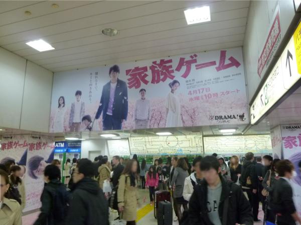 天井に貼られたシート広告
