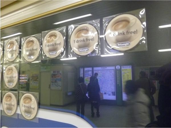 コースター型のコーヒー無料券が貼られている。