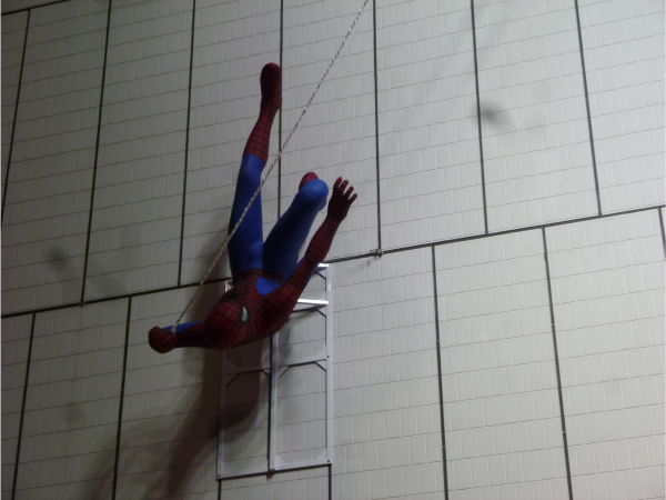 スパイダーマンが飛び回る姿を再現。
