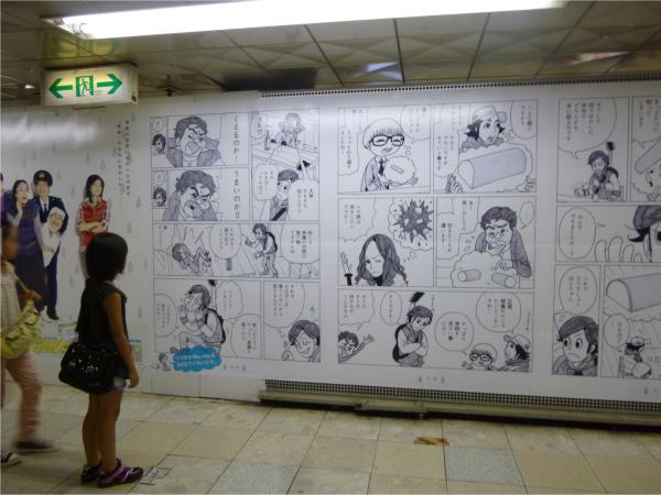 ポスターを見入る子どもの姿も。