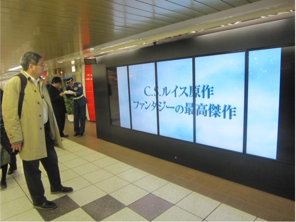 広告の前に立ち、モニターを見つめる人多数!