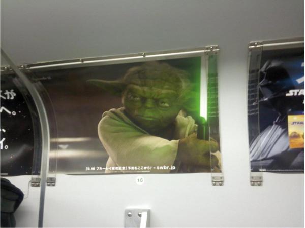 まど上、中吊り、ステッカーなど、電車内のすべての広告メディアをスターウォーズが埋め尽くしている。