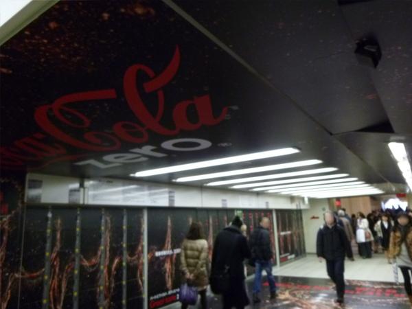 天井部分にはスピーカーが付いている(渋谷駅)。