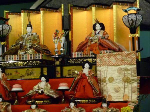 ひな壇に並べられたひな人形の様子。