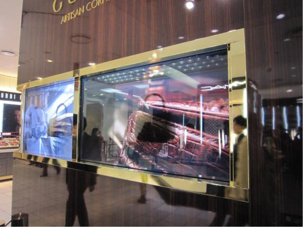 ショーケースの中にはバッグが展示され、表面のフィルムには動画がながされている。