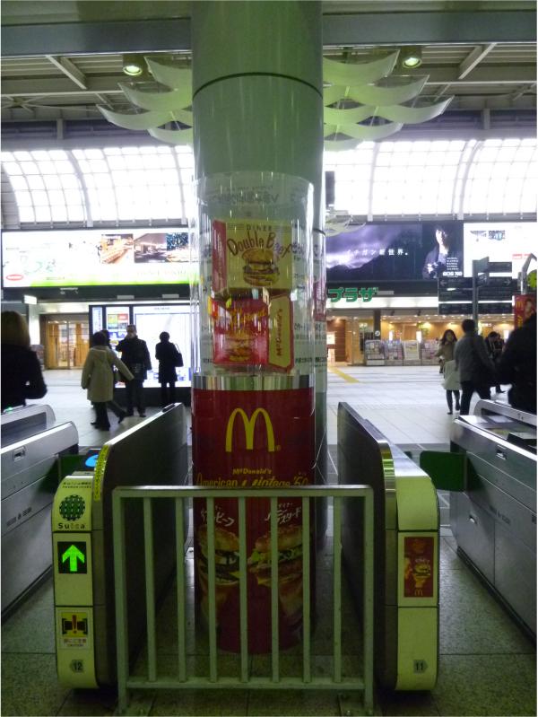 JRの主要駅各駅には、改札機のところにオブジェ付きの円柱型ショーケースも設置されていた。