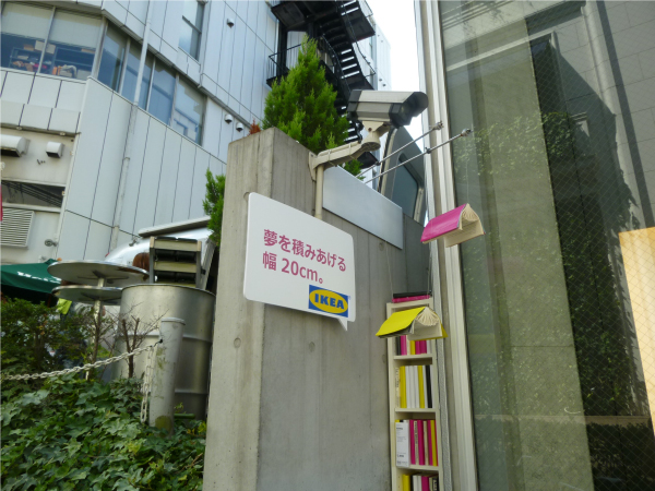 建物と建物の間に、家具が展示されている様子。