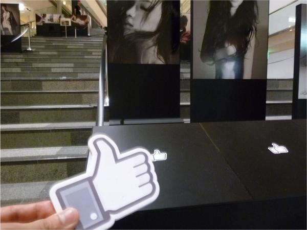 渡された「いいね!」カードを持って、写真展へ。気に入った作品の前に置かれたリーダーにカードをタッチ。