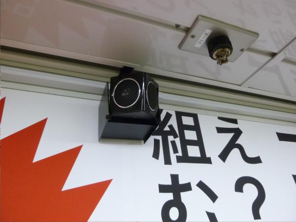 メトロ新宿駅では小型のスピーカーがポスター上部に取り付けられていた。