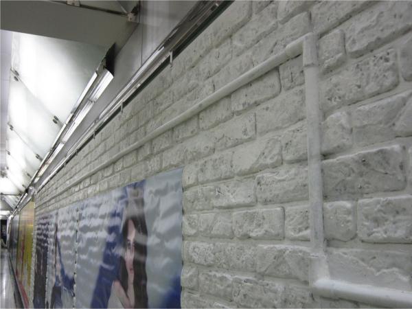 シズル感のある白レンガ調の壁面。