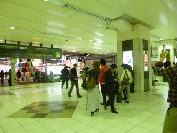 期間限定店舗の写真を撮る人たち。