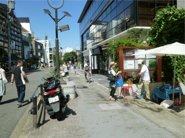 キャットストリートの入り口付近ではサンプリングも行なわれていた。