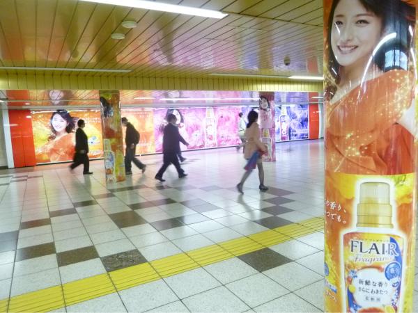 柱巻き広告やフロア広告も同時に実施。