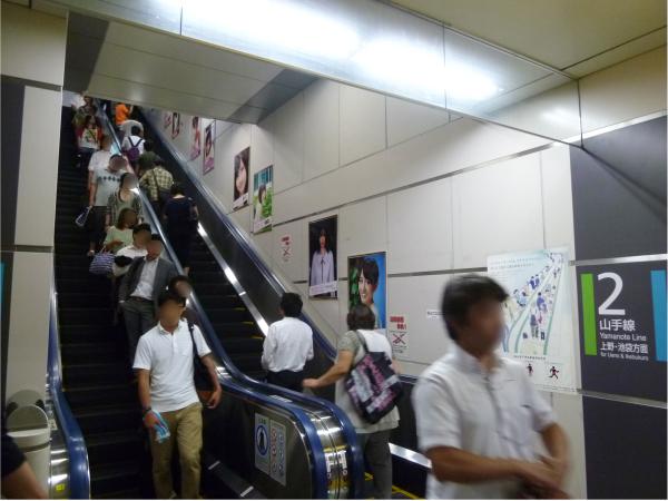 ポスターの写真を撮影するファンの姿が多数見受けられた。