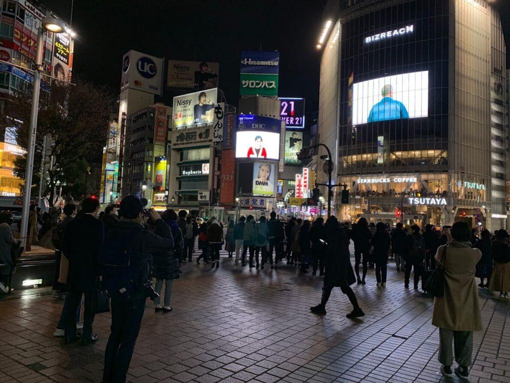 深夜にも関わらず多くの人が集まっていた