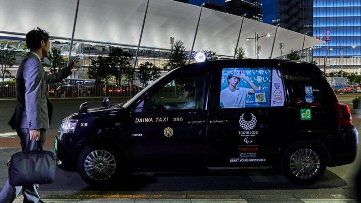 タクシー窓ガラス面に投影されたビジュアル。右側に熱中症情報が表示されている。