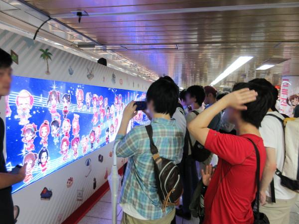 2.アイドルキャラクターが更新する横長デジタルサイネージ(壁面部左側から2番目エリア)