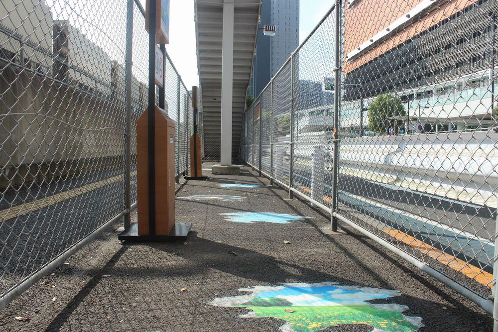 大崎駅新西口の喫煙所に設置されたトリックアート