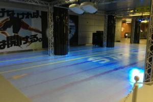 天井からのプロジェクションマッピングによって、駅空間に出現した競泳用プール(新宿西口駅)