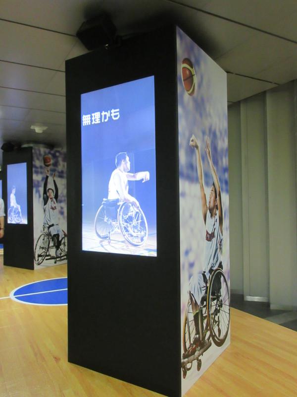 連続するデジタルサイネージで、車椅子バスケの躍動感ある動きを表現(大門駅)