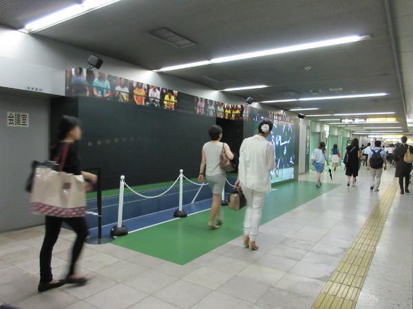 駅空間にテニスコートを再現し、LEDパネルの点滅でテニスボールの動きを表現(青山一丁目駅)