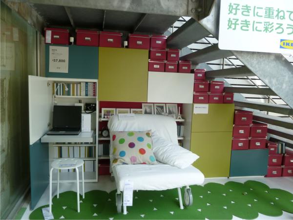 IKEAの店舗内のようにルームセットが設置されている。