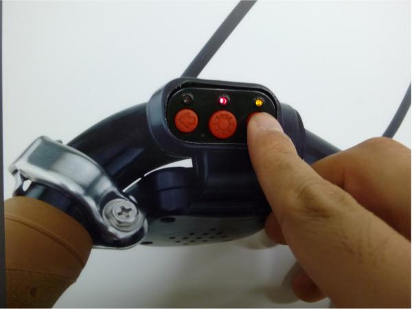 広告面に埋め込まれたウインカーのボタンを押すと、自転車後部のライトが点滅する。
